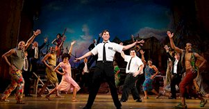 Un mormón y otros actores bailan en actuación del musical The Book of Mormon, de Broadway.