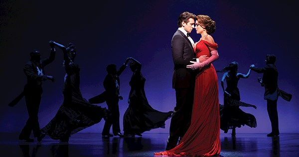 Cena do musical Pretty Woman na Broadway. Vivian e Edward dançam juntos.