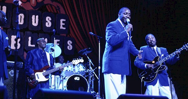 Músicos tocam no palco da House of Blues, do Disney Springs. A apresentação faz parte do brunch gospel + tour por Orlando.
