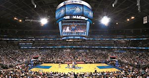 Interior do Amway Center, estádio do Orlando Magic, durante uma partida de basquete da NBA