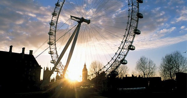London Eye en Londres al atardecer.