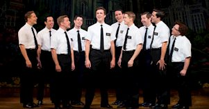 Actores del musical The Book of Mormon en escena en el escenario.
